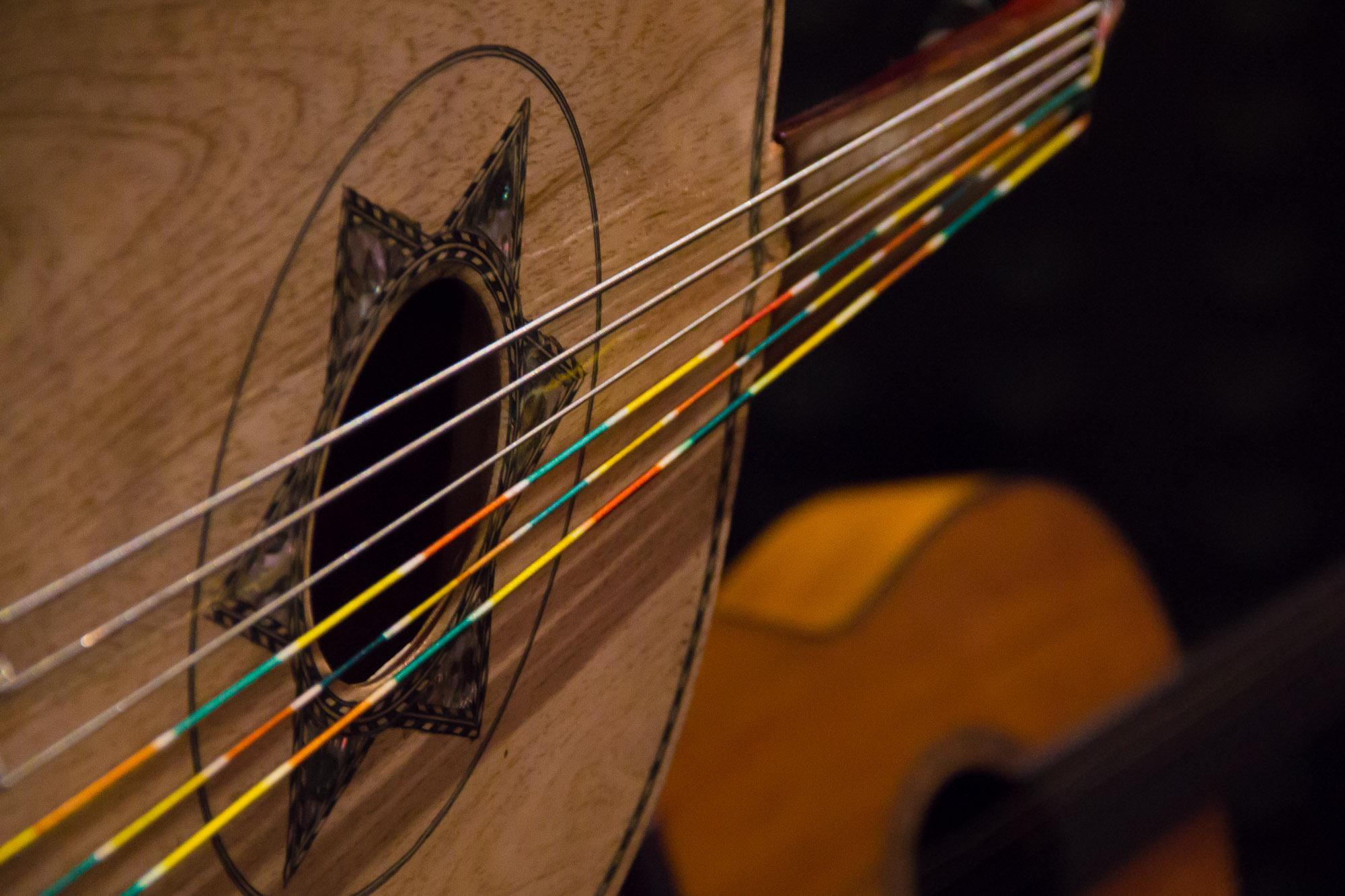 Das cordas do violão, flui uma música colorida