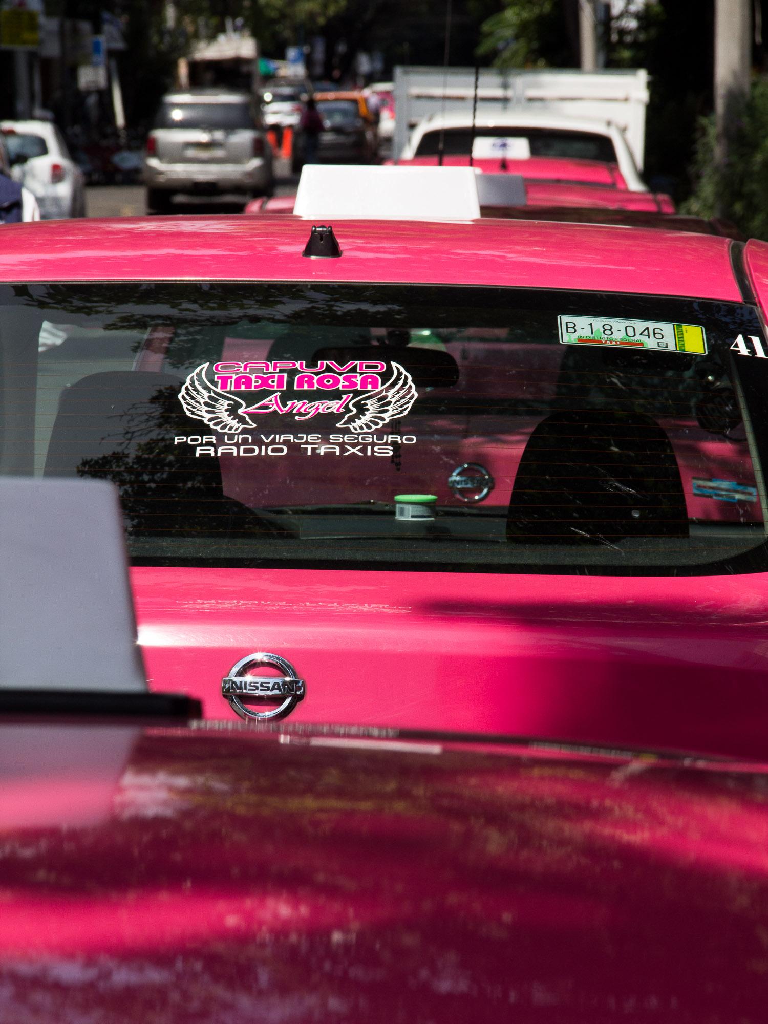 """Os táxis na Cidade do México, no característico """"rosa mexicano"""""""