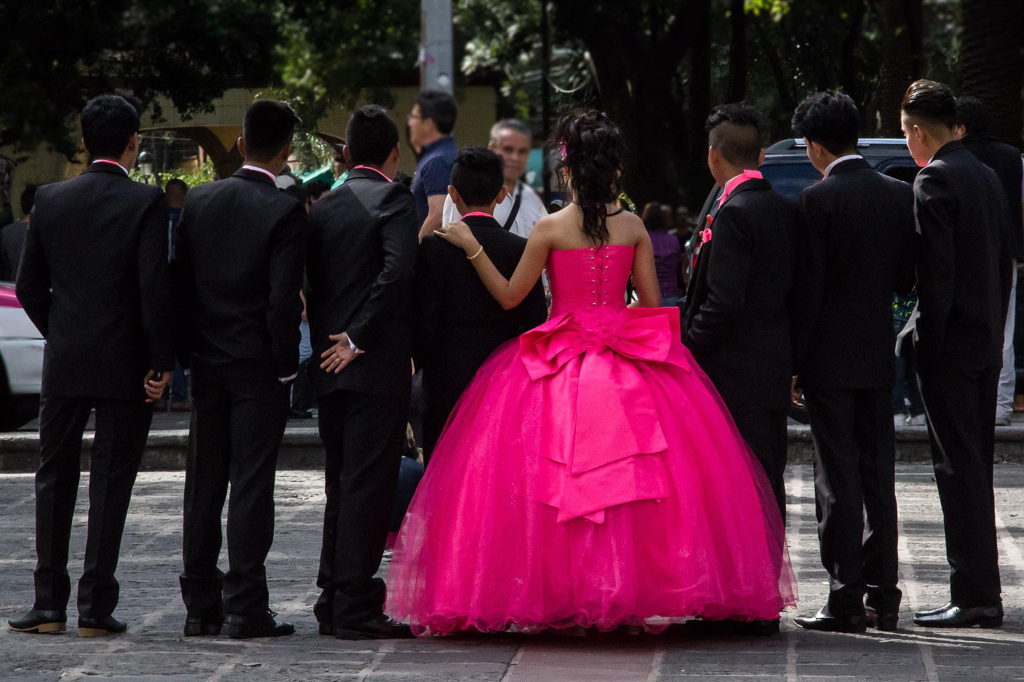 A quinceañera e seus chambelanes, uma expressão da alma festiva mexicana.