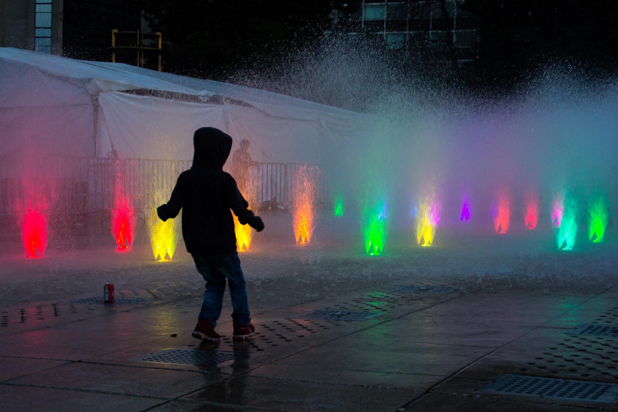 Fonte iluminada no Monumento à Revolução, espetáculo de luz e movimento