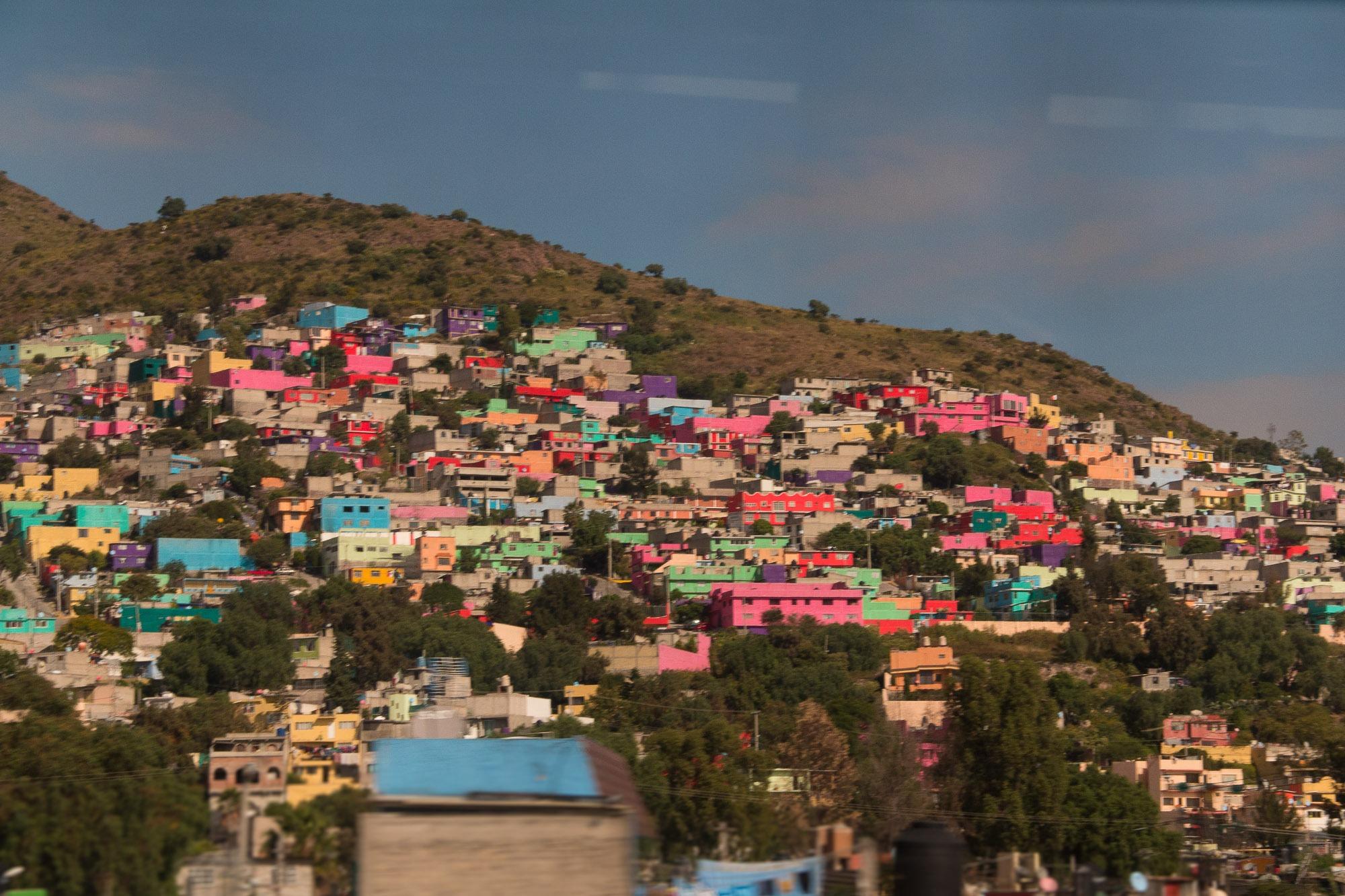 Bairro periférico da Cidade do México, caracterizado pelas fachadas coloridas das casas