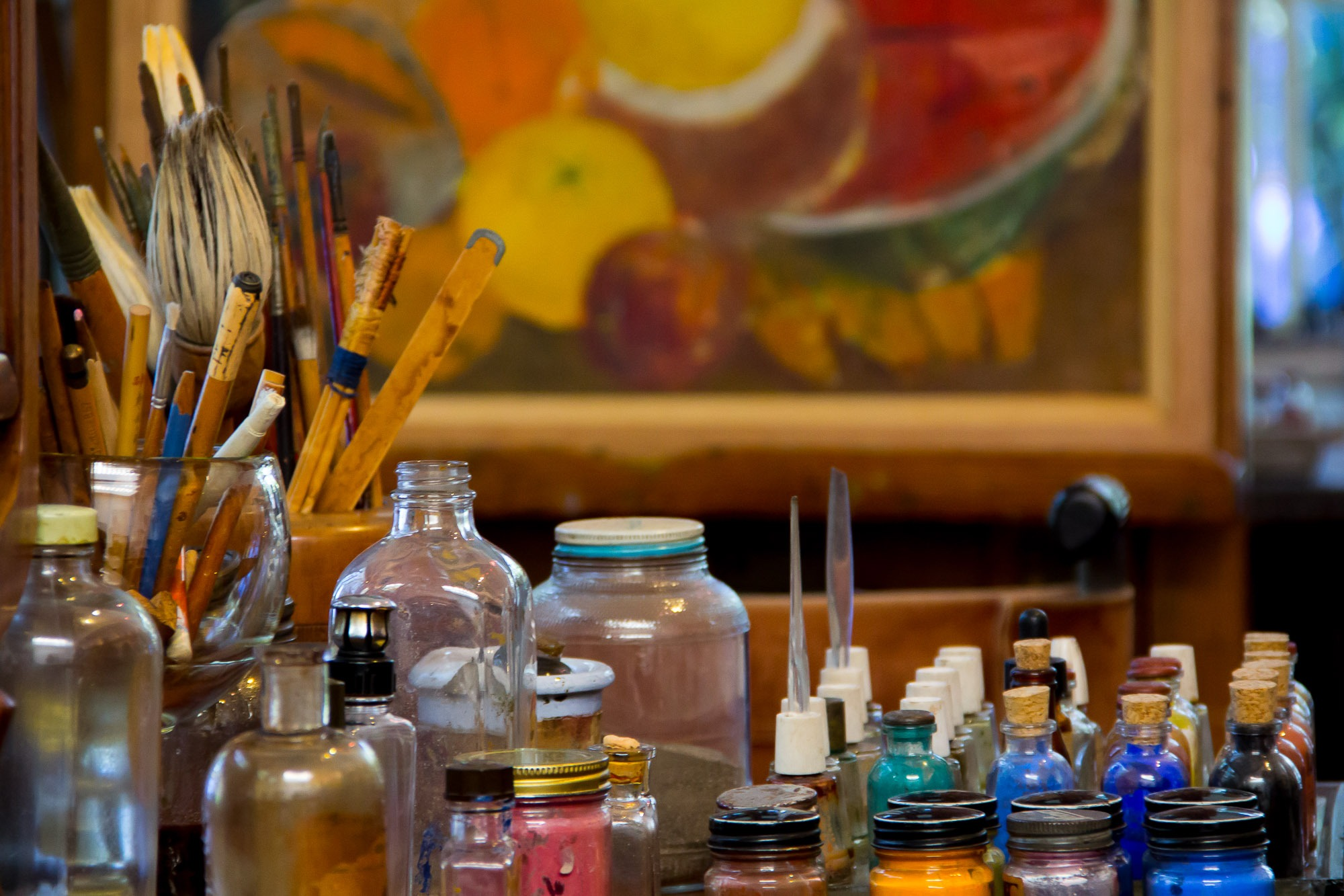 O ateliê de Frida Kahlo, suas tintas, seus pincéis, suas cores.