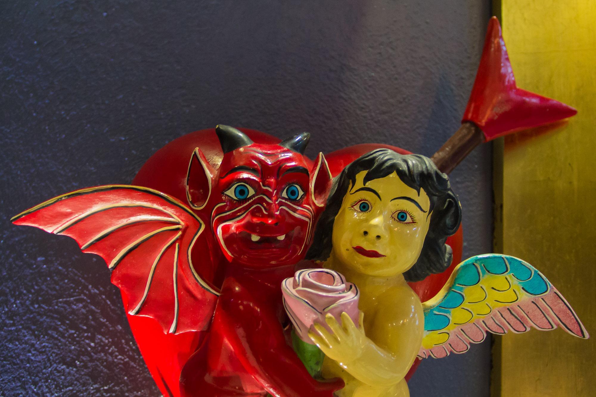 Anjo e demônio, decoração de moderno hotel-boutique; cores vibrantes sempre associadas à religião